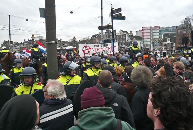 Dubbelkordon met Bewapende politie en uitzicht op Pediga demo